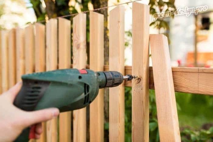 Сооружение деревянного забора для палисадника