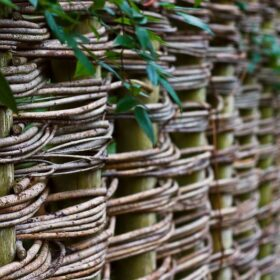 плетеная изгородь своими руками